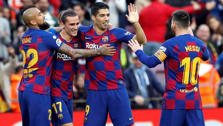 Jugadores del Barcelona celebran una anotación