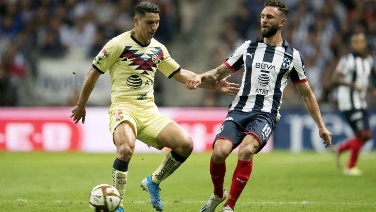Layún lucha por el balón contra un rival en Final contra América