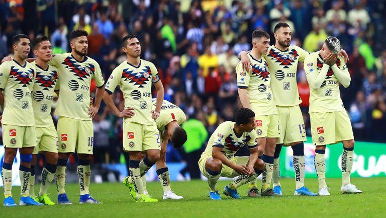 Jugadores de América observan la tanda de penaltis vs Rayados