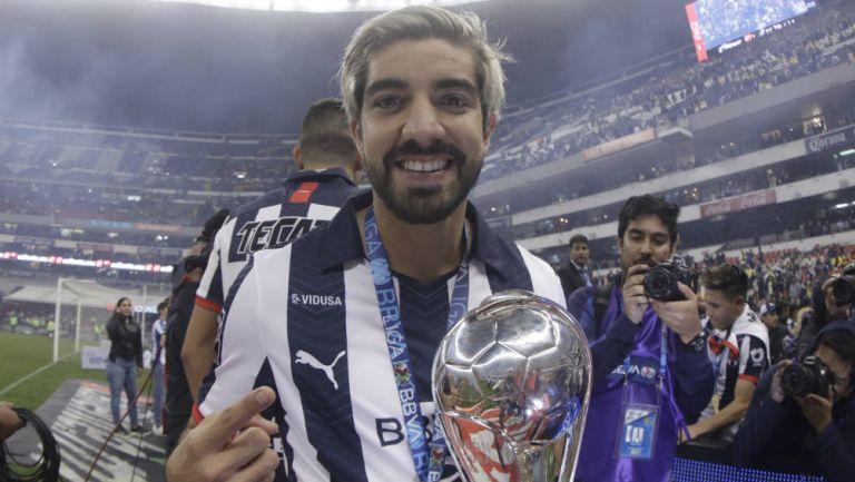 Pizarro celebra el título de Monterrey en el Azteca