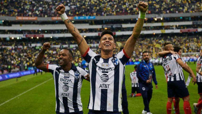 Maxi Meza levantando los brazos con la afición de Rayados