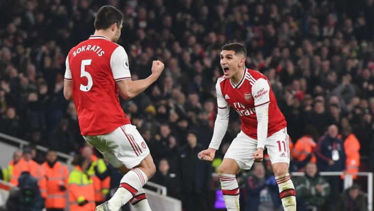 Sokratis y Lucas Torreira festejan un gol con el Arsenal