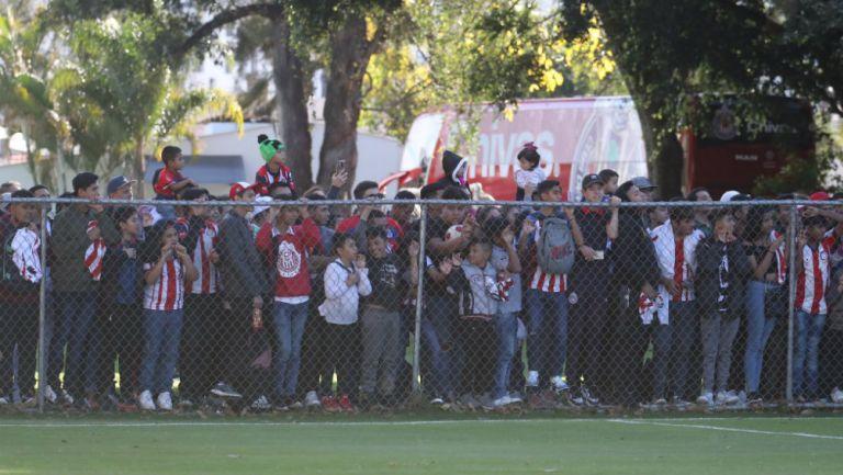 Aficionados de Chivas en entrenamiento a puerta abierta