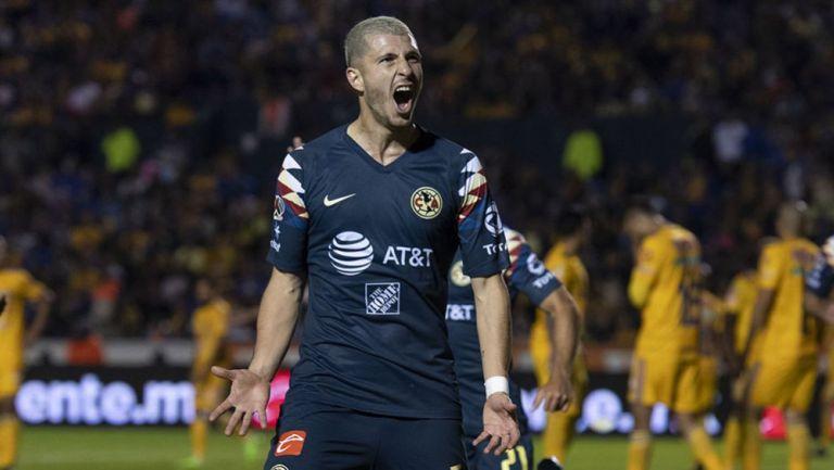 Guido Rodríguez festeja un gol con el América