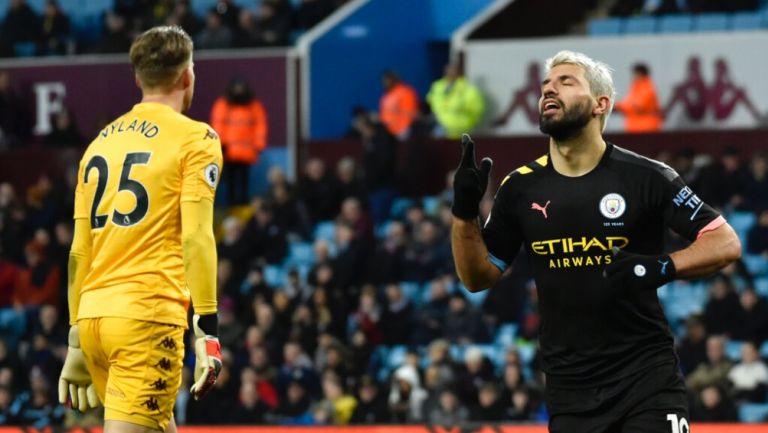 Sergio Agüero celebra uno de sus goles contra Aston Villa