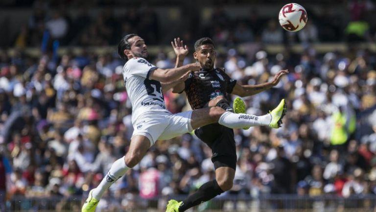 Quintana pelea una pelota con Franco Jara