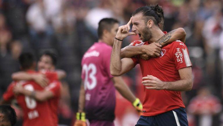 Silva y su compañero festejan un gol