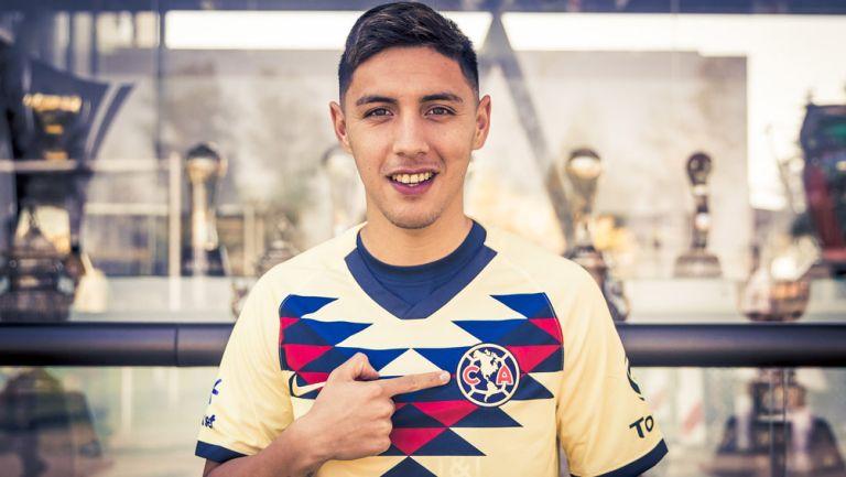 Leo Suárez posa con la camiseta del América