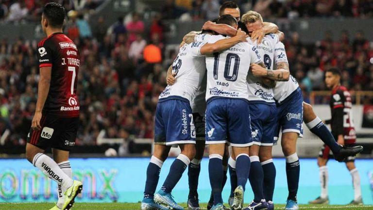 Jugadores del Puebla festejan gol contra Atlas