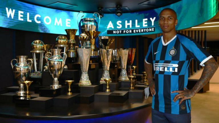 Ashley Young, junto a los trofeos de los Nerazzurri