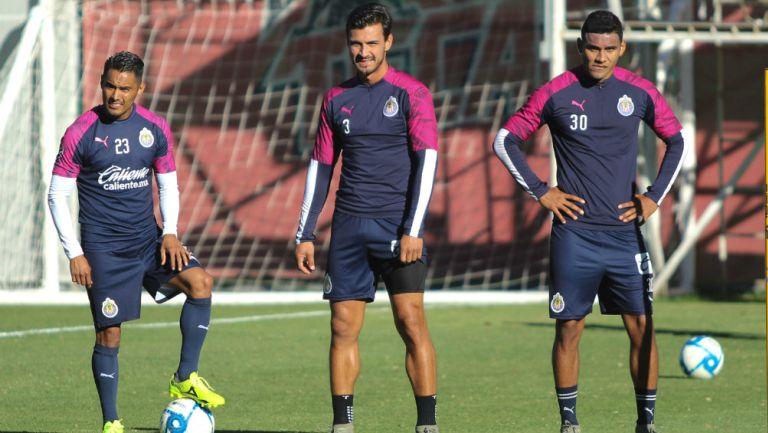 Gallito, Alanís y Sepúlveda, en un entrenamiento de Chivas