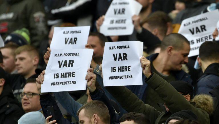 Protestas de aficionados ingleses contra el VAR