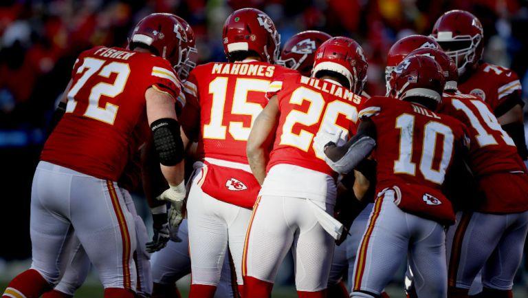 Jugadores de los Kansas City Chiefs durante el 'huddle'