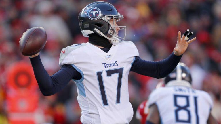 Ryan Tannehill lanzando un balón durante un partido con Titans