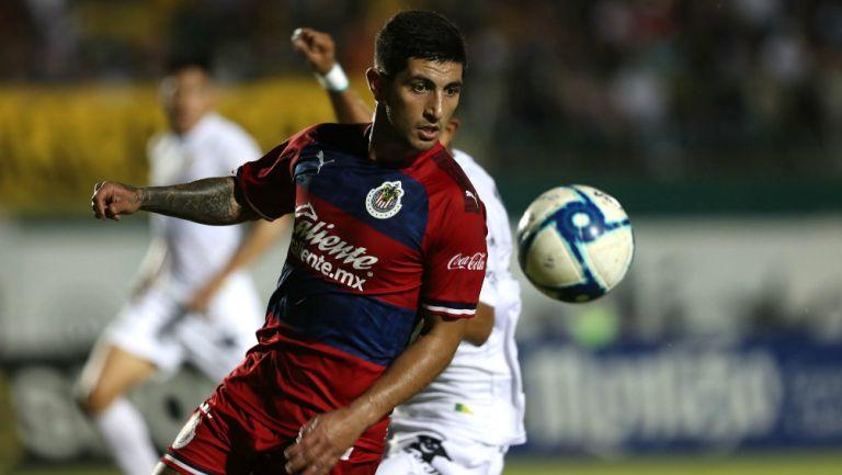 Víctor Guzmán durante un partido con Chivas