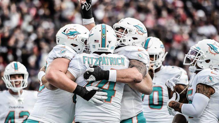 Ryan Fitzpatrick y otros jugadores de Miami durante un partido