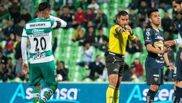 Brian González, árbitro del Santos vs Pumas, sanciona el penal