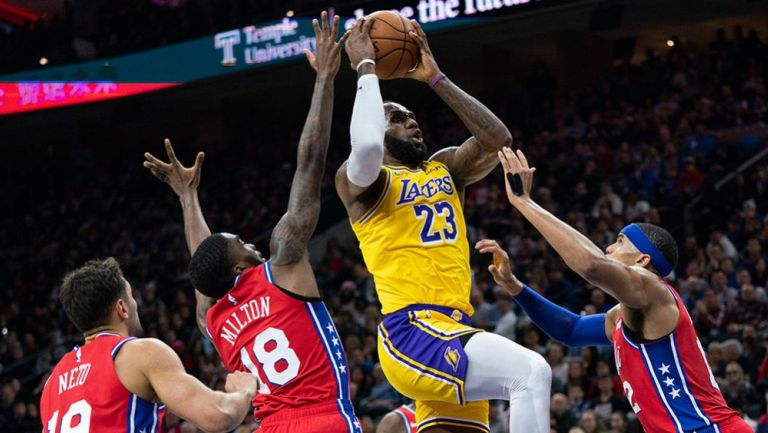 Jugadores de Philadelphia 76ers tratan de detener a LeBron James