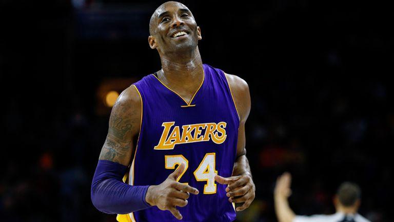 Kobe Bryant sonríe en un juego de los Lakers