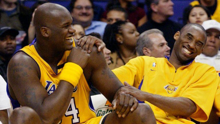 Shaquille O'Neal y Kobe Bryant sonríen durante un juego