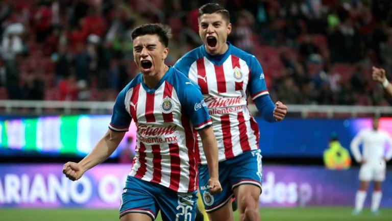 Fernando Beltrán celebrando su primer gol con Chivas