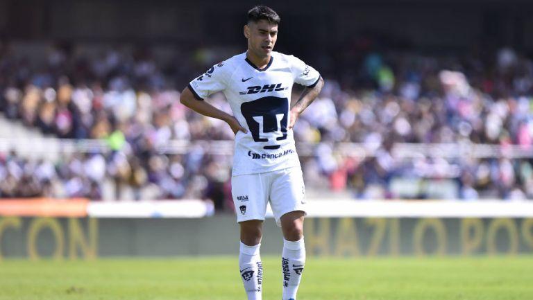 Felipe Mora en partido con Pumas