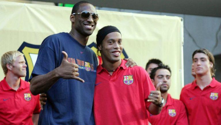 Kobe y Ronaldinho posan para la fotografía