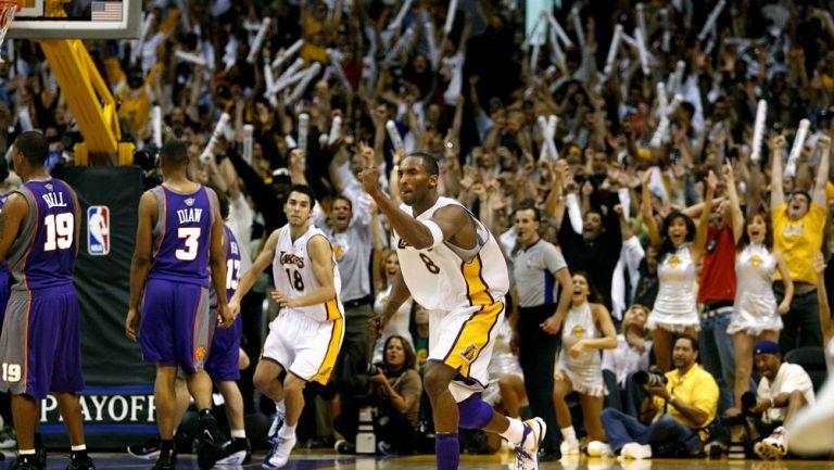 Kobe Bryant festeja una anotación vs Suns en Finales de Conferencia