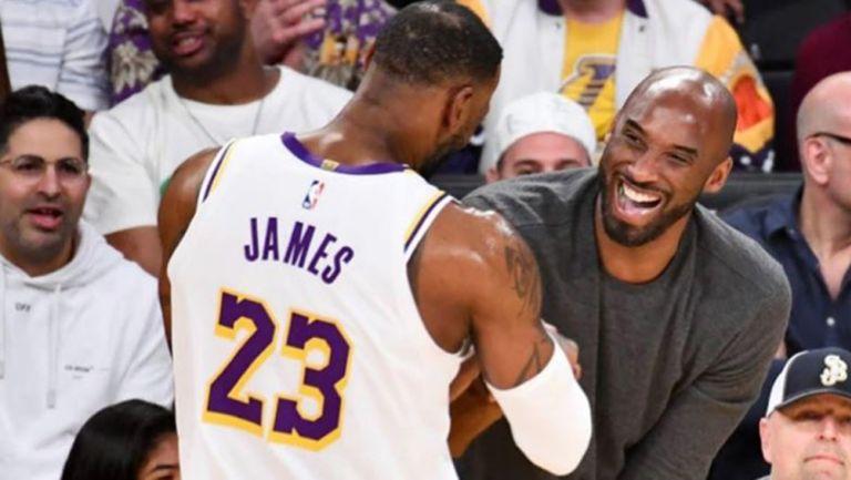 Bryant y James se saludan en un juego de los Lakers