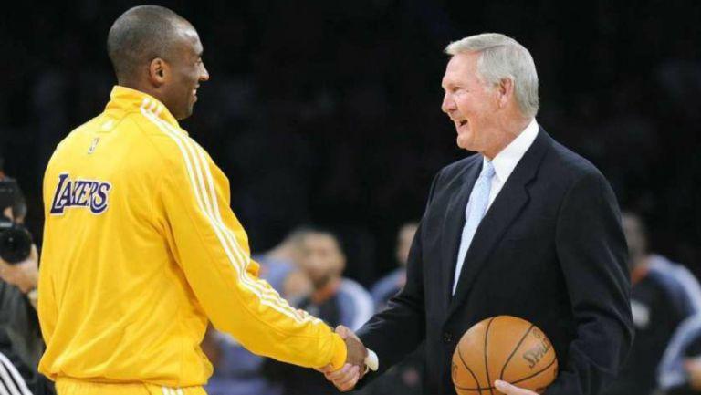 Kobe Bryant y Jerry West se saludan