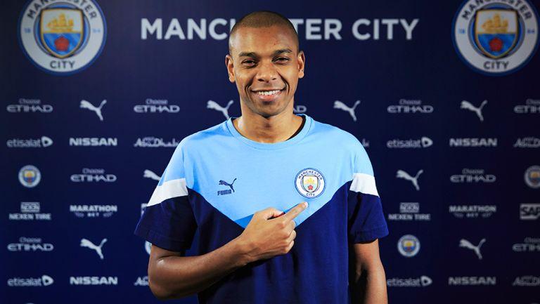 Fernandinho posa con la camiseta del Manchester City