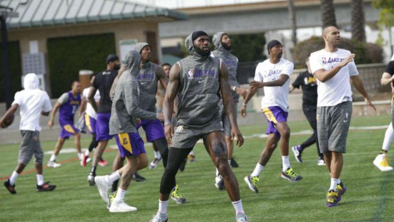 LeBron James y su equipo entrenando al aire libre