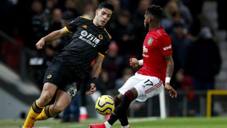 Jiménez en un mano a mano contra su rival del United