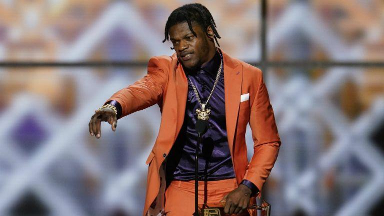 Lamar Jackson recibiendo el premio de MVP