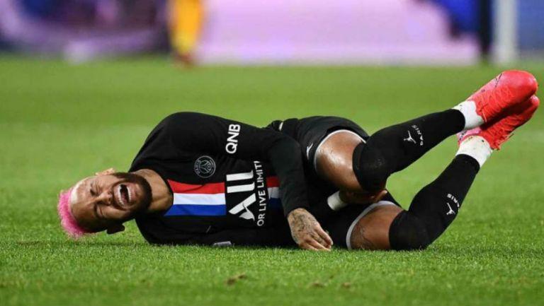 Neymar sufre por un golpe