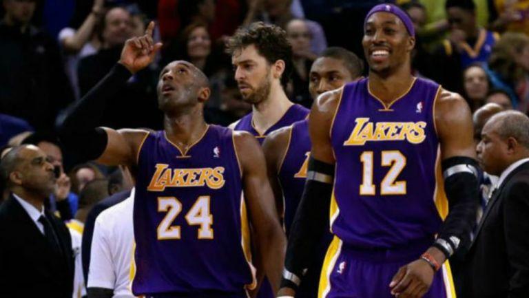 Kobe y Howard al entrar a la duela con los Lakers
