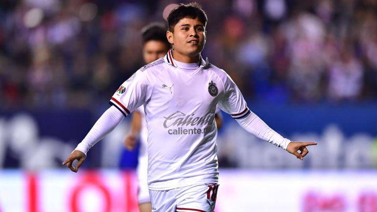 Chofis López celebra un gol con Chivas