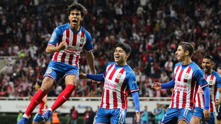 José Juan Macías festeja un gol junto a la Chofis López