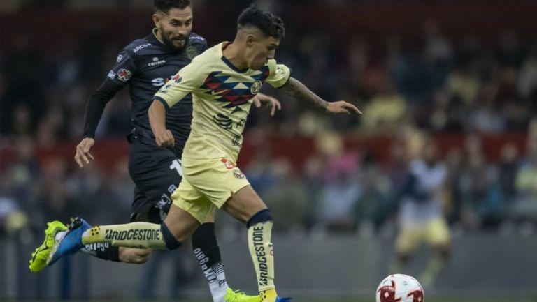 Leo Suárez en acción con América ante Juárez