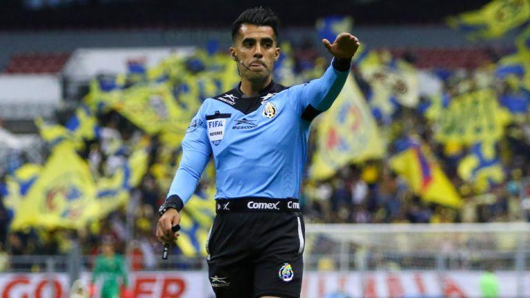 Adonai Escobedo durante un duelo de la Liga MX