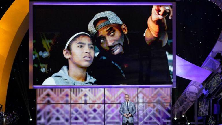 Kobe  y su hija reciben homenaje