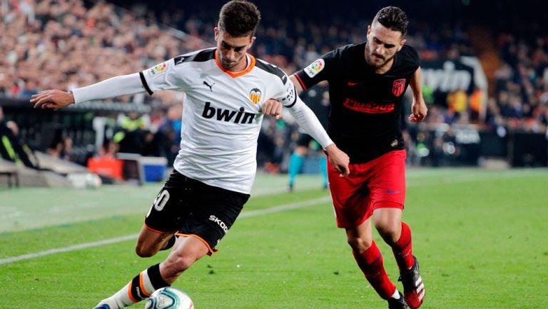Torres y Koke pelean por el esférico en el Mestalla