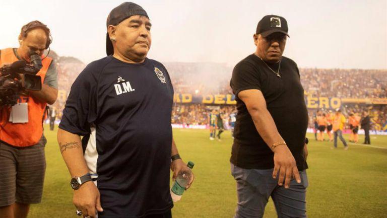 Maradona, durante el juego delGimnasia y Esgrima La Plata y Rosario Central