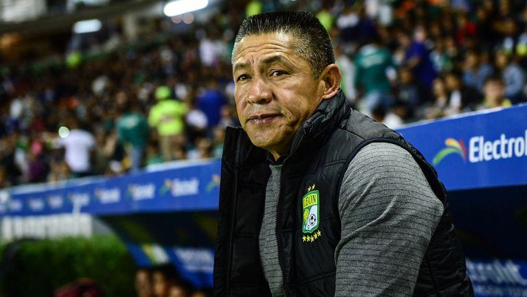 Carlos Vela la pasa mal en León y es abucheado