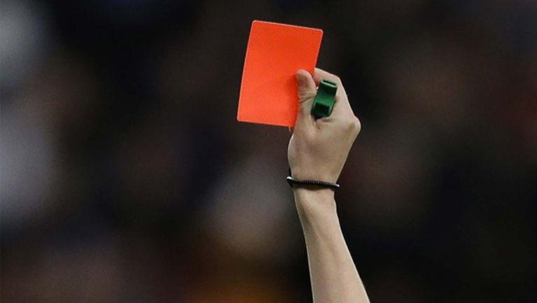 Silbante muestra una tarjeta roja