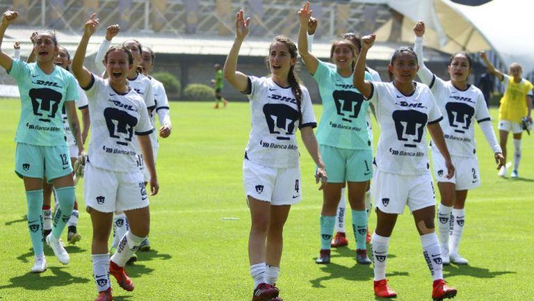 Jugadoras de Pumas celebrando el triunfo