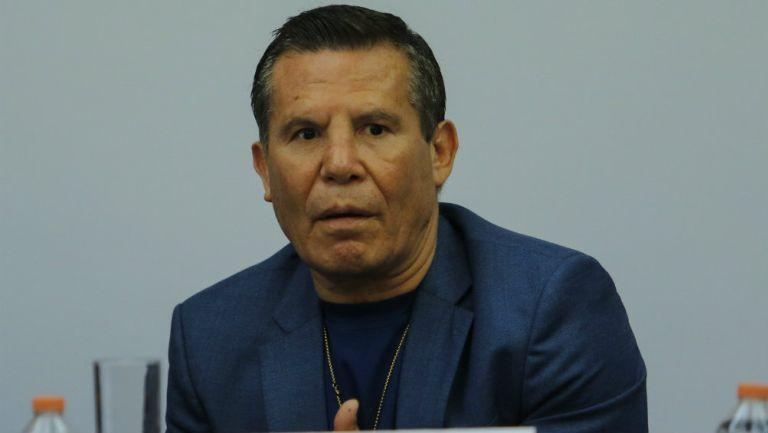 Julio César Chávez durante una conferencia de prensa