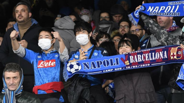 Aficionados en partido de Nápoles vs Barcelona