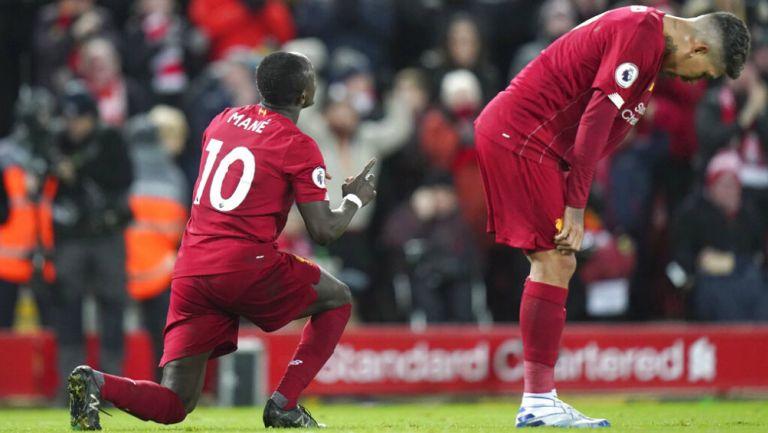 Jugadores del Liverpool se lamentan durante un juego