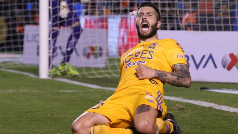 André-Pierre Cignac celebrando un gol ante Pumas